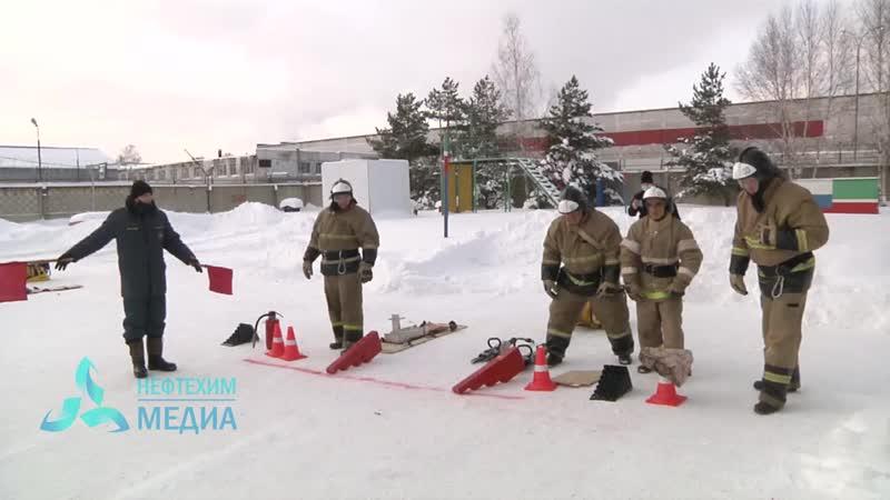 Навыки устранения последствий дорожно транспортных происшествий показали сотрудники пожарно спасательных частей 2 mp4