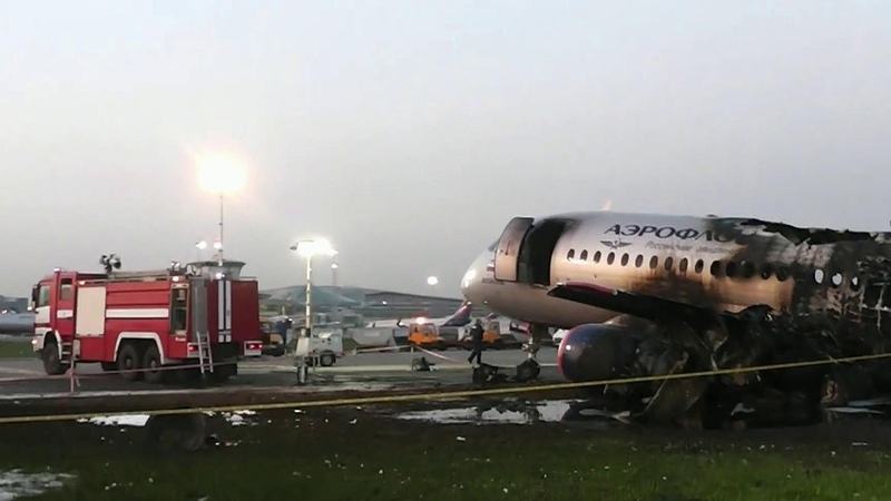 Специалисты МАК приступили красшифровке черных ящиков самолета, совершившего аварийную посадку вШереметьево. Новости. Первый канал