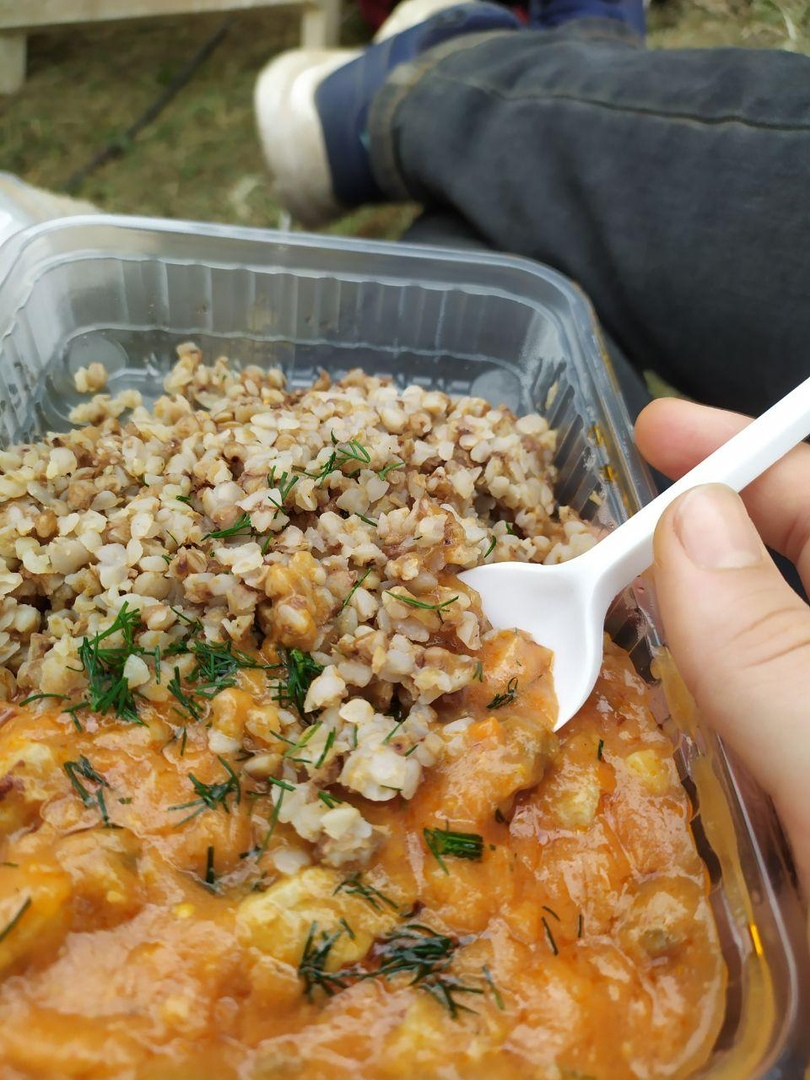 Такую вкусняшку в количестве 10 порций неравнодушные принесли в лагерь на Окрестина, угостить волонтеров. 18 или 19 августа