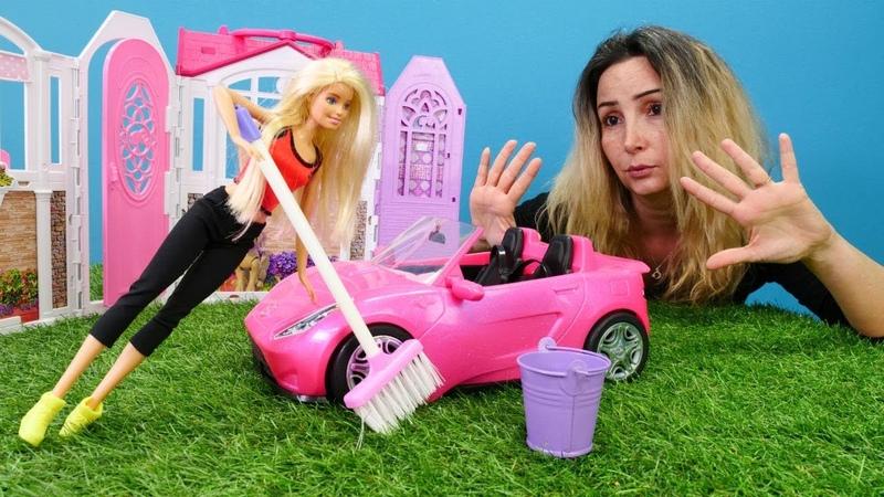 Barbie arabasını yıkadıktan sonra yağmur yağıyor