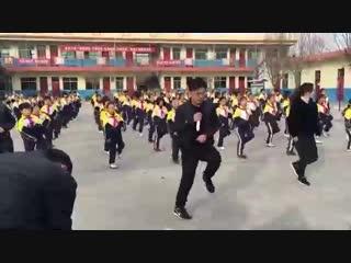 Директор школы танцует с детьми вместо зарядки