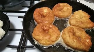 Пончики. Пирожки с яблоком. Ну и уплетают! На стройке 👍