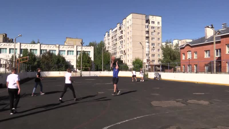 Молодежь на спортивной площадке не дает уснуть жителям района Доброе во Владимире 2020 09 03 mp4