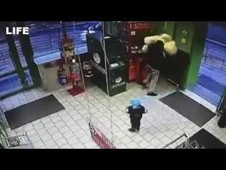 Отец разбил автомат с игрушками и украл плюшевого медведя