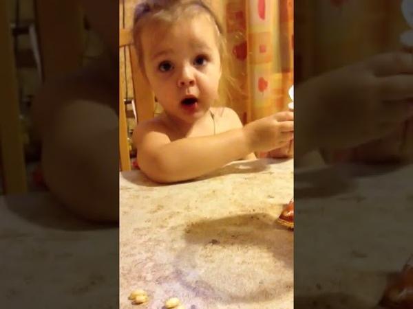 Веселый ребенок Папа рассыпал рис ЁХАНЫЙ БАБАЙ