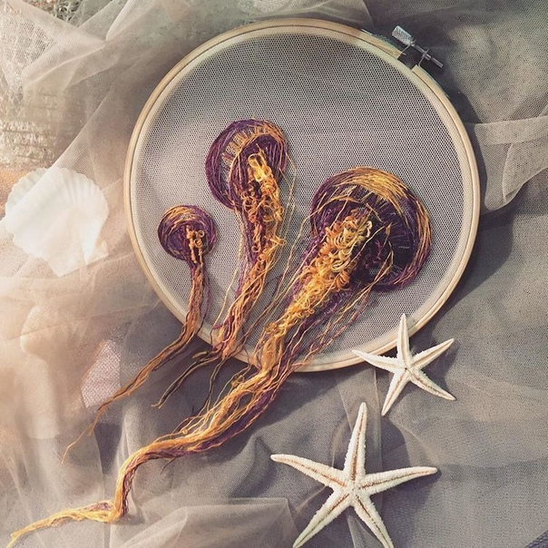 Художница вышивает потрясающих медуз, которые будто плывут сквозь пяльцы Современные вышивальщицы возродили вековое мастерство благодаря исключительному искусству ручной работы. А некоторые из