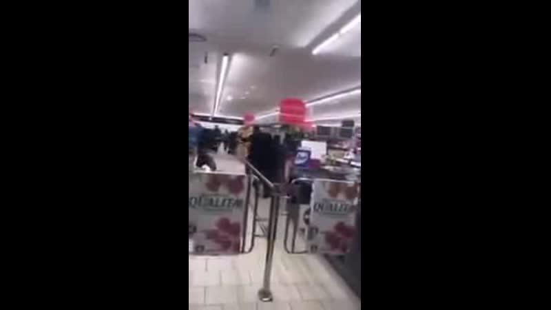 В итальянских супермаркетах которые в зоне карантина где застряли 50 000 человек кончаются продукты и начинаются драки