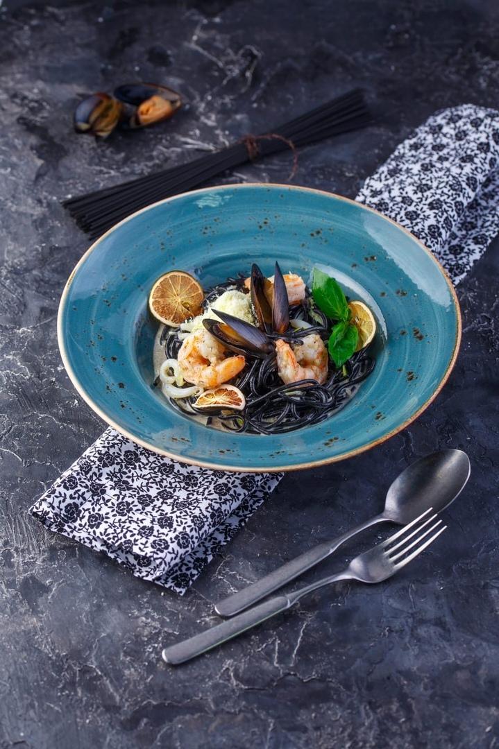 Заказать Спагетти с чернилами каракатицы и морепродуктами с доставкой на дом в Серпухове, Суши-бар ТАЙХЕО
