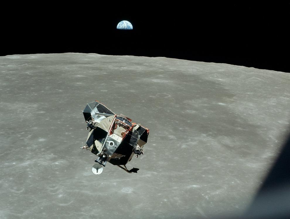 35) После старта от Луны «Орел» приближается к командному модулю для стыковки. Астронавт Майкл Коллинс, который оставался на борту командного модуля рассказывает об этой фотографии: «Постепенно Орел приближался как будто по рельсам, я подумал «Какой красивый вид, надо это сфотографировать» и пока я доставал свой Хасельблад Земля вдруг появилась на горизонте прямо за Орлом. Возможно, я не совсем удачно скомпоновал кадр, но это уже не имело значение я был счастлив такому совпадению. Я думаю что большинство хороших фотографий получаются именно иэ-за некоторой случайности, вне контроля фотографа. Пока я фотографировал я осознал, что в одной фотографии оказалось 3 миллиарда человек, два астронавта и одна Луна. Фотограф, конечно оказался вне фотографии.» (NASA)