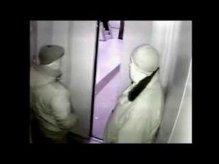 Сисястой молдаванкой два мужика в лифте целуются молодой порно