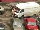 Nuogas vaikinas šokinėja ant automobilių ^_^ prikolas