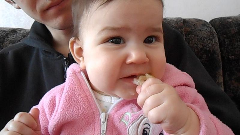 Саманта перший раз куштує лимон 17.02.14