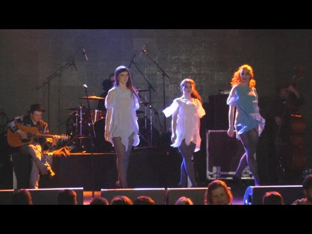 Dancing bear band music Teaghlach Irish dance Saint Patrick's day