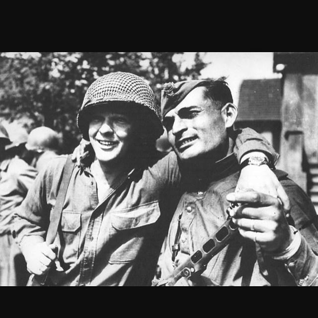 Павел Санаев: Находясь в #NYC считаю одним из важных символов Дня Победы вот это фото. С днем Победы народы по обе стороны Атлантики! Make peace, not war! #memorialday  @ Manhattan, New York