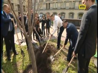 Віталій Кличко разом із японським послом висадив сакури!