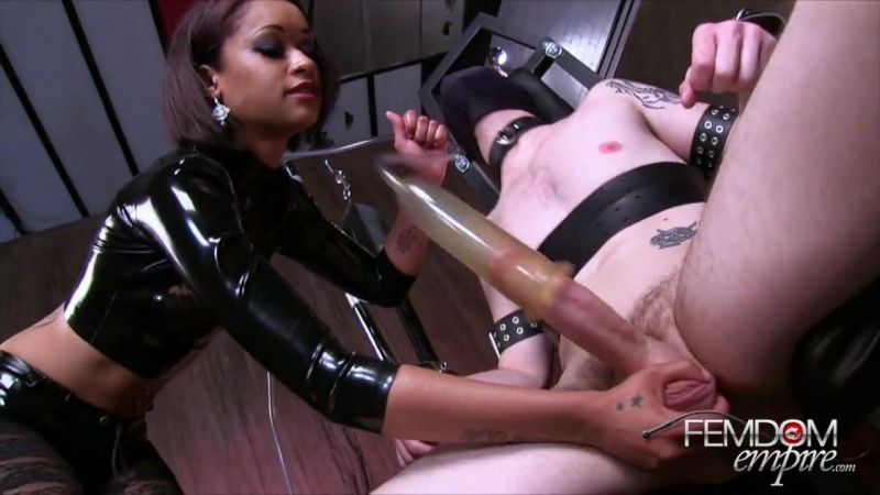 Госпожа доит раба Mistress is milking her slave бдсм