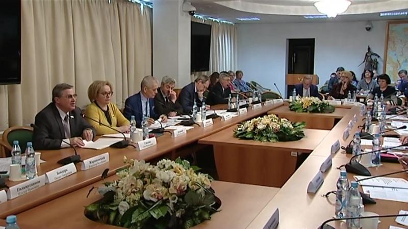 В Госдуме обсудили законодательную регламентацию написания и экспертизы школьных учебников