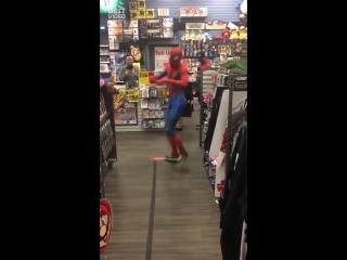 Зажигательный танец Человека-паука в магазине