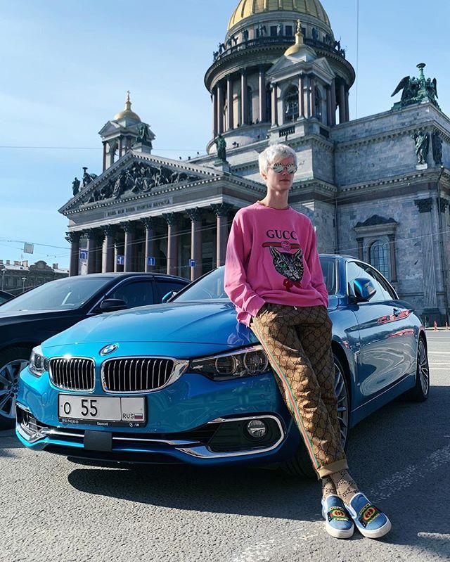 Роман Фильченков: Взял в аренду одежду и машину, чтобы сделать красивую фотографию. Ну всё, побежал отдавать, а то хватило только на час 🤥