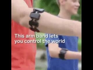 Этот браслет считывает мышечные импульсы и превращает их в команды