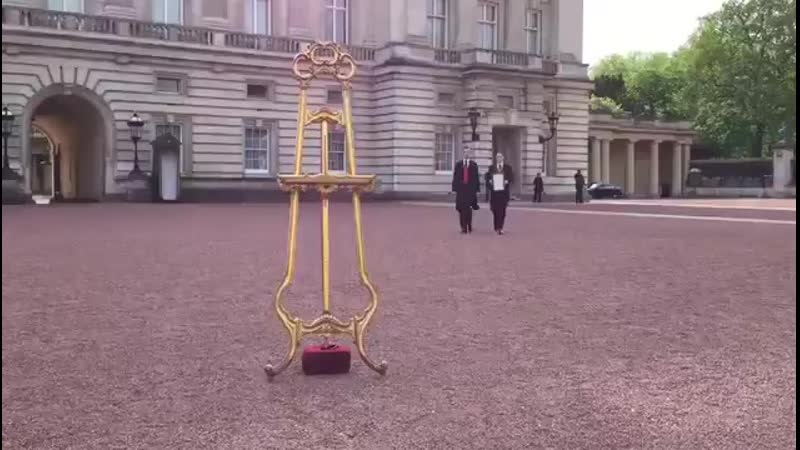A notice of birth has gone on display on the forecourt of Buckingham Palace following the birth of The Duke and Duchess of Susse