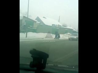В Пензе водитель остановился, чтобы перевести бабушку через дорогу