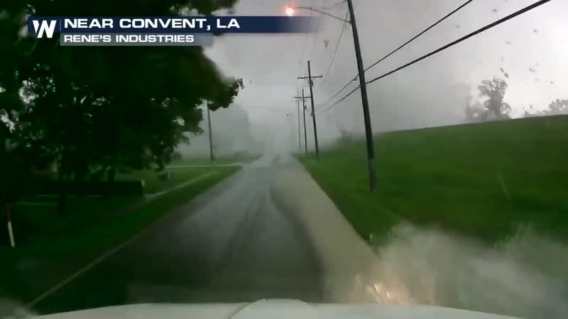 Торнадо пересекает дорогу близ Конвента ( Луизиана, США, 6.06.2019)
