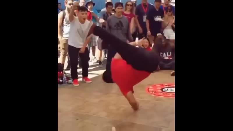 Rju Vidos Пухлик танцует брейк