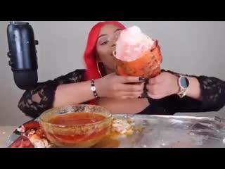 Чтоб я так жил. Огромный лобстер съела девушка. Нереальный омар. Морепродукты Супер видео шок. Приколы интересное ужас юмор 18+