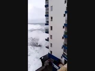 Купаться можно прямо в номере. Гигантские волны во время шторма на Тенерифе выбивают окна и сносят балконы домов