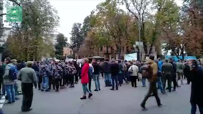 «Ночь на Банковой» праворадикалы у администрации президента Украины потребовали «защитить их от нападений»