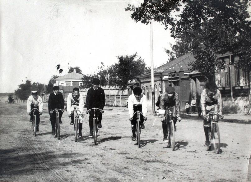 Велосипедисты на улице города