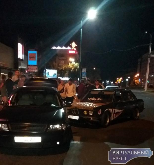 """Водитель неудачно """"дрифтанул"""": разбил свою машину и зацепил ещё две"""