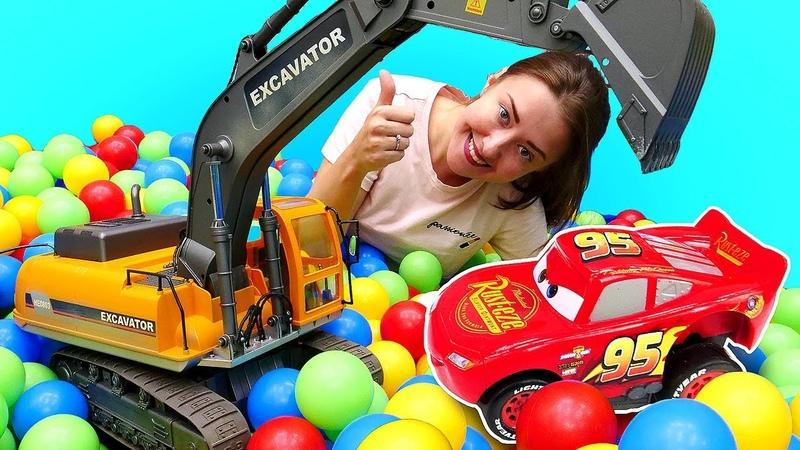 Видео для детей. Ищем игрушки и большие машинки в бассейне с шариками. Веселая школа: песочница!