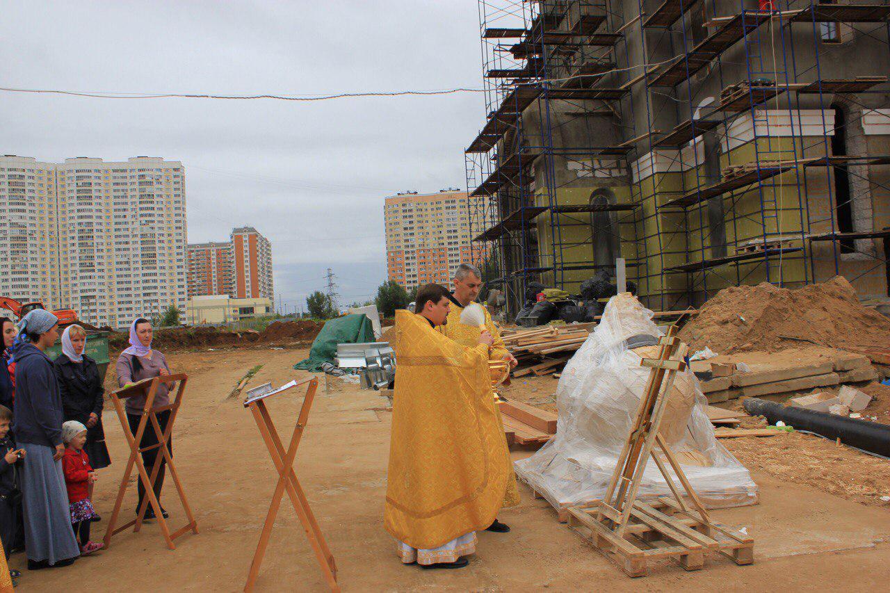 Купол строящегося храма в Некрасовке освятили