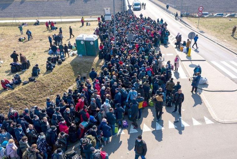 Смотрите, как украинцы пытаются вернуться из Польши домой. Вот это очереди!
