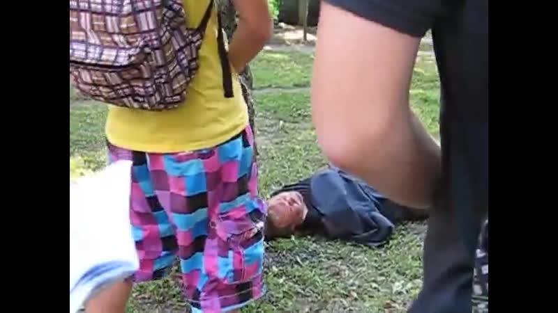Малолетние мрази обоссали спавшего под деревом джентельмена 😰