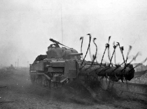"""Танк """"Шерман"""" занимается разминированием, 1944 год."""