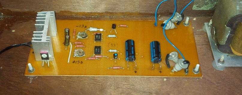 Стабилизатор после профилактики. Фильтрующие емкости я увеличил, вместо 500 мкФ поставил как в схеме на 1000.
