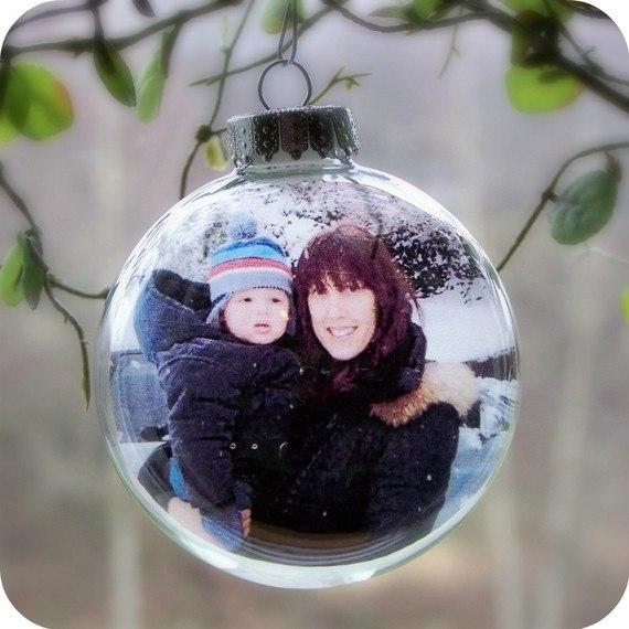 ПАМЯТНЫЕ ЁЛОЧНЫЕ ИГРУШКИ СВОИМИ РУКАМИ Хорошая идея помещать в елочный шар фотографию ребенка или всей семьи, ставить на фото дату, возраст. С течением времени у вас накопится много таких шаров,