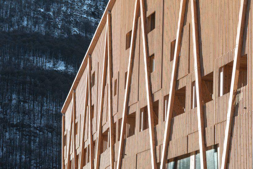 Отель с мансардными окнами, имитирующими горный ландшафт северной Италии