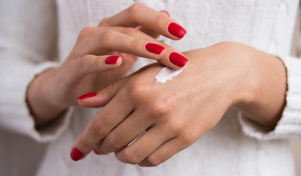 6 способов применения крема для рук в быту: для волос, одежды, обуви и не только