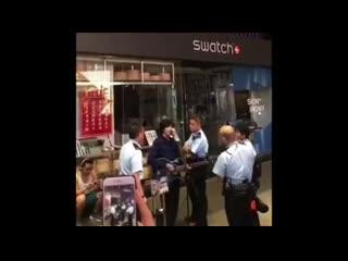 "Полиция окружила за то, что пел песни ""glory to hong kong"" and ""do you hear the people sing"""