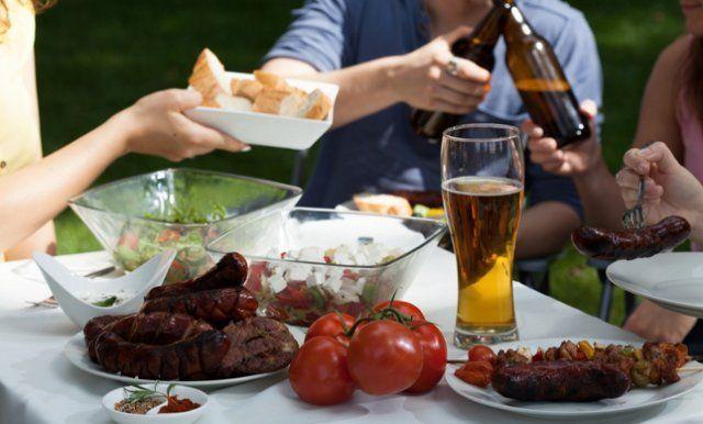 На шашлыках должен быть не только алкоголь, но также соки и питьевая вода