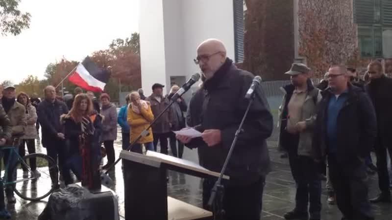 Ernst Cran am offenen Mikrofon beim Mahnmal gegen das Vergessen am 02.11.2019 in Berlin