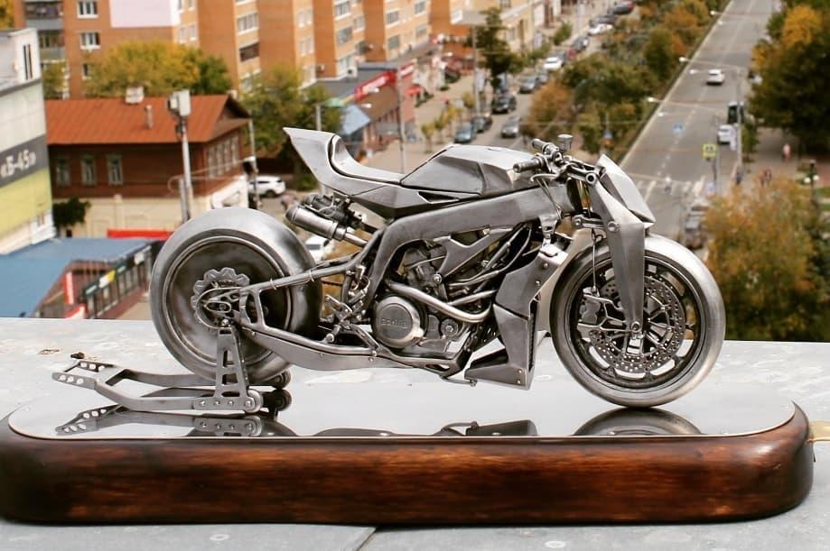 Металлическая скульптура мотоцикла