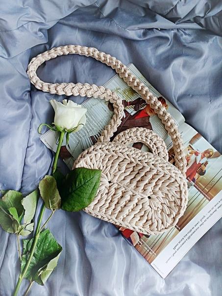 Продолжим тему сумок На фото работы моей рукодельницы-племянницыДавайте поговорим о нитках для такой сумочки. Очевидно же, что нитки нужны особенные