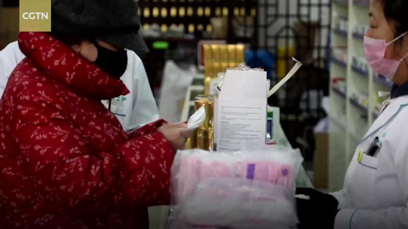 Владелец аптеки в городе Шэньян бесплатно раздал защитные маски местным жителям