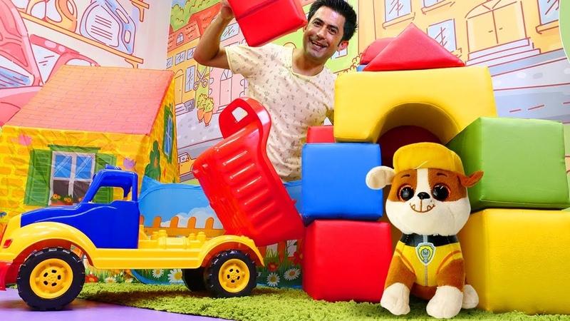 Paw Patrol. Rubble için oyun bloklardan ev yapıyoruz. Çizgi film oyuncakları
