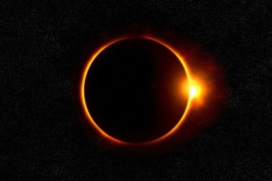Солнечное затмение 26 декабря 2019 года    Коридор затмений – это встреча Земли, Солнца и Луны. Слово «коридор» было выбрано не случайно. Так называют период между несколькими затмениями, даты которых находятся близко друг к другу. В этот раз он продлится 16 дней: с 26 декабря 2019 года по 10 января 2020 года.    Начнется коридор с кольцеобразного солнечного затмения.  26 декабря Луна полностью закроет Солнце. Видимым останется лишь край светила, через который будут пробиваться лучи.    Солнечное затмение 26 декабря 2019 года считается самым интересным и важным астрономическим явлением. Наблюдать его можно будет почти во всей Азии, на большей части Северного Кавказа, в Поволжье, на юге Сибири и Дальнем Востоке, а также в Челябинской области. Максимальную фазу затмения увидит население Аравийского полуострова, Индии и Индонезии.
